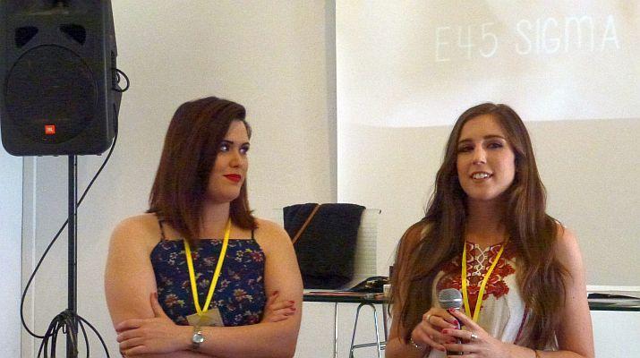 Make up Gades (izquierda) y Sonorona, durante la charla.