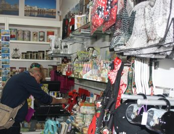 Mershandising y recuerdos modernos en La Almendrita